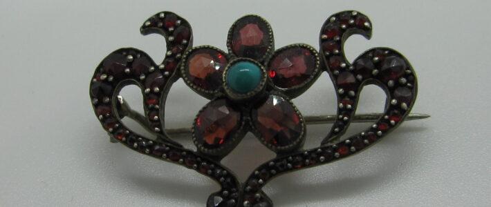 Silber-Brosche mit einem Türkis und Granaten