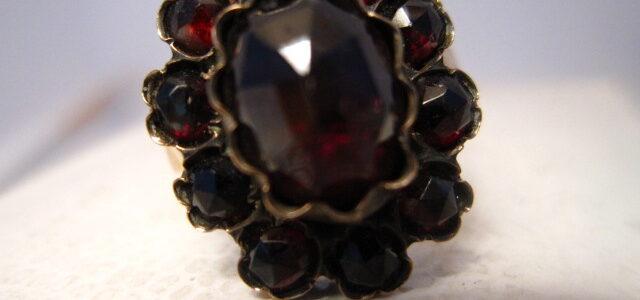 Gold-Ring mit Granaten