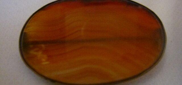 Brosche mit orangefarbem Achat