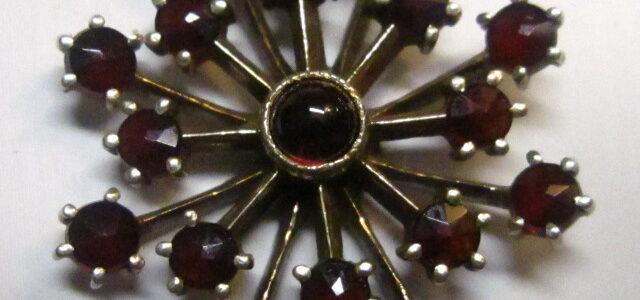 Granat-Anhänger an Goldkette