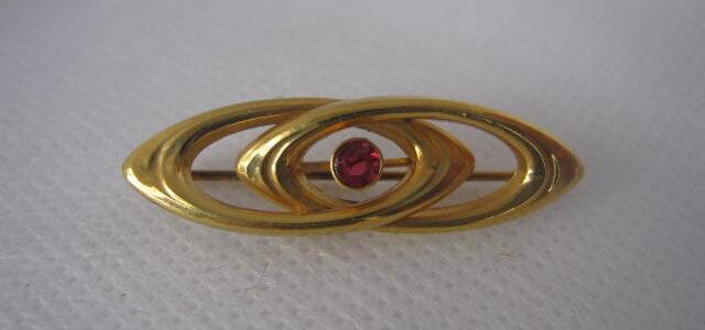 Goldene Brosche mit einem Rubin